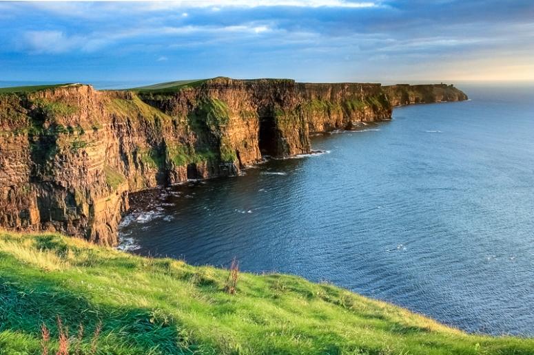Die spektakulären Cliffs of Moher an der Westküste Irlands ragen bis zu 200m senkrecht aus dem Atlantik, Irland